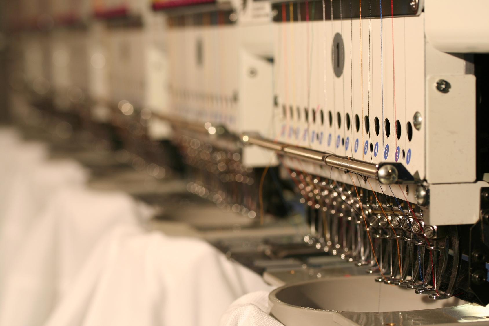 besticken mit Mehrkopf-Stickmaschinen